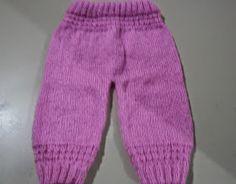 Tricotei esta calça para fazer conjunto com o casaquinho em crochê Lívia aqui , gosto muito de tricotar para bebês as peças são pequen...