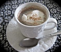The BEST Homemade Hot Cocoa Recipe Ever. --As a barista for life, the best hot choc is when the milk gets aerated. There's a little of that in this recipe! Crockpot Hot Chocolate, Homemade Hot Chocolate, Hot Chocolate Recipes, Chocolate Food, Chocolate Chips, Hot Cocoa Recipe, Cocoa Recipes, Drink Recipes, Thm Recipes
