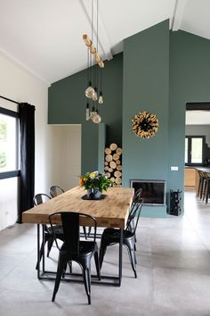 Maison saint etienne repensée pour une famille - home decor diy Home Living Room, Living Room Decor, Living Room Colors, Living Room Paint, Living Room Modern, Dining Room Design, Green Dining Room, Green Table, Home Interior Design