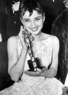 """Audrey Hepburn posa con el Oscar a la mejor actriz de 1953 por """"Vacaciones en Roma"""" (Roman Holiday)"""