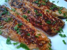 Macroul este un pește delicios, foarte ieftin și folositor pentru organism. Echipa Bucătarul.tvvă oferă o rețetă de macrou la cuptor după rețeta celebrului bucătar britanic Gordon Ramsay. Peștele se marinează într-un sos de usturoi, boia, sare și ulei de măsline și se coace la cuptor în doar 10 minute. Veți obține un pește savuros, cu …