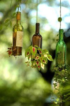 maceteros colgantes reutilizando botellas de vino tinto para darle un toque vintage