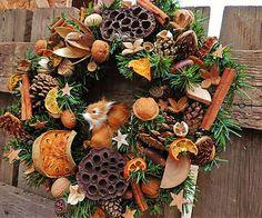 Vianočný veniec s veveričkou a jej zásobami / Clarah - SAShE.sk - Handmade Dekorácie Wreaths, Fall, Home Decor, Autumn, Decoration Home, Room Decor, Bouquet, Interior Decorating, Floral Arrangements
