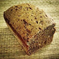 Pão preto, fermentação natural, massa densa ( trigo integral, centeio, farelo de trigo ) com muitos grãos ( linhaça, sementes de girassol e abóbora, kummel )