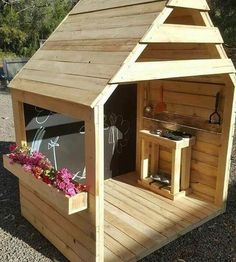 Astonish the people entering your home with the captivating and eye-catching DIY pallet outdoor projects. Pallet Playhouse, Build A Playhouse, Playhouse Outdoor, Backyard Playground, Backyard For Kids, Pallet Playground, Wooden Pallet Projects, Outdoor Projects, Wooden Pallets