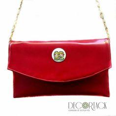 Codice TM022 #Borseartigianali #Decortack #borsedonna #pochetterossa in #pelle. Rivestimento interno in pelle. Coppia #testedimoro dipinte a mano su tondo di #porcellanabianca. Tracolla: catena dorata. Misure: lunghezza 29 cm - altezza 18 cm   #Accessorimoda #modadonna #fashion #MadeinSicily E-mail: info@decortack.it  -  www.decortack.it Per visita in negozio su appuntamento chiamare il 3294198247
