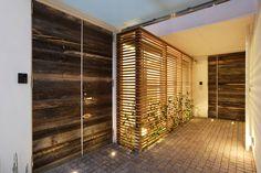 ruw hout in voorgevel, houten latjes voor venster