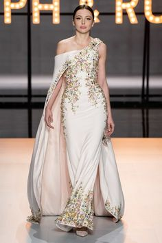 "Haute Couture Glamour: Ralph and Russo - Feminine, luxurious, with sparkles and feathers. this latest couture collection from Ralph and Russo is reminiscent of the ""Old Hollywood Glamour"" days. Ralph & Russo, Fashion Design Inspiration, Mode Inspiration, Style Couture, Haute Couture Fashion, Haute Couture Gowns, Vestidos Fashion, Fashion Dresses, Couture Dresses Gowns"