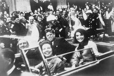 """偉人たちの最後に撮られた写真 ジョン・フィッツジェラルド・ケネディ(英語: John Fitzgerald """"Jack"""" Kennedy、1917年5月29日 - 1963年11月22日)は、第35代アメリカ合衆国大統領。 第二次世界大戦では南太平洋で魚雷艇を指揮し、困難な状況下で部下をまとめ生還させたことで新聞に取り上げられ英雄となった。戦後に父のジョセフ・P・ケネディ・シニアの支援により政界入りした。マサチューセッツ州選出下院議員選挙に民主党から立候補し当選し、1947年から1953年まで下院議員をつとめた。"""