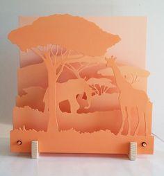 Scénette 3D d'un paysage de savane africaine qui se déploie sur 5 plaques. Réalisée en MDF, découpe et peinture réalisées à la main. L'éclairage doux et rassurant apporter - 19144125
