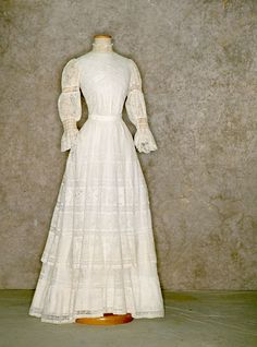 White cotton and lace afternoon dress (front), c. 1902. Tirelli Trappetti Foundation.