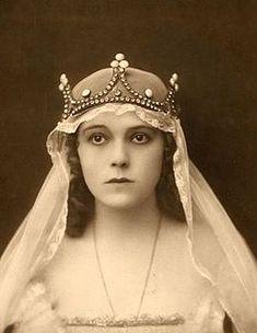 bajor gizi - Google-keresés Old Pictures, Halo, Marvel, Crown, Artist, Vintage, Jewelry, Costumes, Google