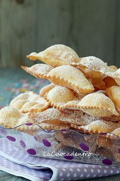 Italy - Italian food - Tipical dessert during Carnival time - Le Chiacchiere… Italian Pastries, Italian Desserts, Italian Dishes, Mini Desserts, Delicious Desserts, Yummy Food, Italian Lunch, Italian Table, Best Italian Recipes