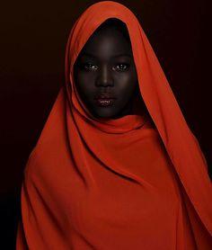 Conheça a modelo Nyakim Gatwech e sua história de luta contra o racismo e pelo respeito à diversidade