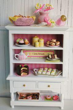 Reservados Listado Por Tantty - Miniatura Cocina Hutch Lleno De Petit Fours, torta, magdalenas, muffins, Lollipops, botes, y una tetera