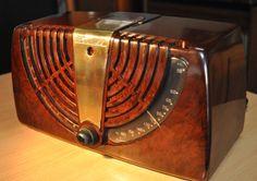 "ZENITH Model 6D-015Z Art Deco Radio (1946) ""Consoltone""."