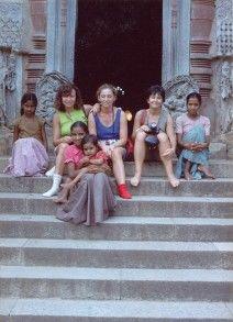 India. Junio 1988. En ese recorrido de templo en templo por Tamil Nadu, aquí hacemos un alto en el camino con los niños del lugar.