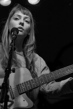 Love angel Olsen's hair Kinds Of Music, Music Is Life, Live Music, Angel Olsen, Helmet Hair, Haircut And Color, Music People, Music Photo, Music Icon