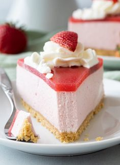 This no-bake strawberry mousse cake recipe features a thick strawberry mousse filling nestled on a Golden Oreo crust. The cake is topped with fresh strawberry jam and homemade whipped cream. recipes videos no bake Strawberry Mousse Cake Strawberry Mousse Cake, Strawberry Cake Recipes, Strawberry Jam, Strawberry Filling For Cake, Baking Recipes, Dessert Recipes, Sweets Recipe, Baked Strawberries, Chocolate Cake With Strawberries