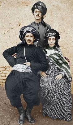 Şêx Qadir Berzencî û Hasfa Xan.  Şêx Celal paşî wan disekîne.  Dema Keyaniya Kurdistanê li Silêmanî, sala 1922'ê.  Şêx Qadir Berzencî ve Hasfa Xan. Şêx Celal arkalarında duruyor.  Kürdistan Krallığı zamanlarında Silêmanî'de, sene 1922.