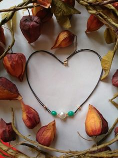 Collar en hilo encerado, perla y materiales en gold-filled (chapado en oro)