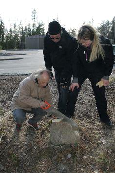 Parannettavaa: Enemmän yhdessä tekemistä. Tässä kolmikko rakentaa linnunpönttöä, ja ei-  saha ei osu kiveen :). Saha, Helsinki