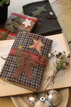 Blackbird Designs - One stitch at a time: Journals Photo Inspirations no tutorial Felt Crafts, Fabric Crafts, Sewing Crafts, Diy Crafts, Wool Quilts, Wool Applique Quilts, Patchwork Fabric, Blackbird Designs, Wool Embroidery