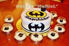 Batman y porciones de dulces de tres leches