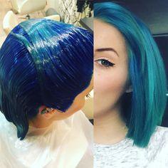 El cabello azul y verde petróleo puede ser una muy buena combinación.