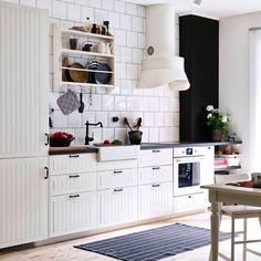 Tradycyjna, biała kuchnia z frontami GAMLEBY i ciemnymi blatami
