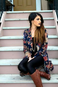 Legging + blusa preta + kimono + bota marrom + acessorios