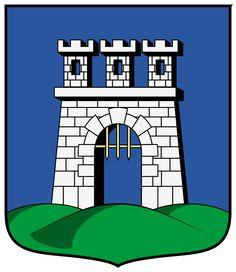 Kaposvár, es la capital del condado de Somogy en Hungría. Se encuentra a 186 kilómetros (116 mi) al suroeste de Budapest, transzonales al río Kapos. Según la leyenda, la ciudad fue fundada sobre siete colinas como Roma. El área ya había sido habitada 5000 años a. C. Alrededor del 400 a. C., las tribus celtas habitaron el área. La ciudad fue mencionada por primera vez en el en el documento fundacional del Episcopado de Pécs en 1009 de Kapos. Coat Of Arms, Budapest, First Time, Celtic, Legends, Cities, Family Crest