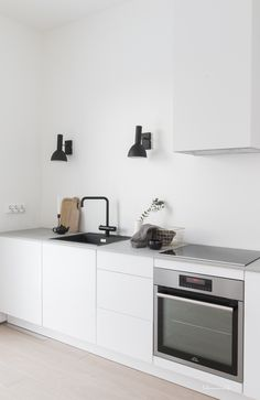 These minimalist kitchen suggestions are equal parts peaceful and also trendy. Discover the ideal ideas for your minimalist design kitchen that fits your preference. Search for outstanding photos of minimalist design kitchen for ideas. Budget Kitchen Remodel, Kitchen On A Budget, New Kitchen, Kitchen Decor, Awesome Kitchen, Skandi Kitchen, Kitchen Ideas, Kitchen Modern, Kitchen Renovations