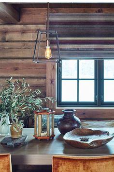 Ta frem det rustikke i interiøret i røffe lykter eller lamper med industripreg. Veggen er beiset i Sagn, en mørk grå farge. Dette er en beis farge utviklet for gulnet panel fra scanox. #hytte#spisestue#liftgardin#taklampe#Light&Living#vaser#trau#spisebord#rustikt#beis#Sagn#Scanox#Fargerike Ikea, Cabin, Ceiling Lights, Lighting, Home Decor, Style, Beige, Swag, Decoration Home