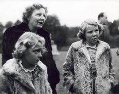 Koningin Juliana en kroonprinses Beatrix [en prinses Irene]. 1950