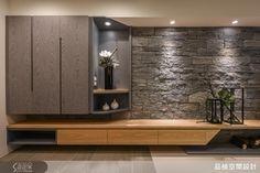 開放式玄關,以 30*120的地坪界定區隔出落塵區,電視主牆以手鑿面花崗石打造佐木質感收納櫃,兩者輕跳色搭配,表現自然氛圍的活力。