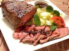 炊飯器の保温機能を利用した低温調理法でローストビーフを作ると、安い牛肉でも驚くほどおいしく出来ます。