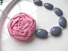 He encontrado este interesante anuncio de Etsy en https://www.etsy.com/es/listing/123640141/pink-and-gray-necklace-fabric-flower