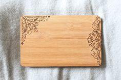 **Du brauchst ein Küchenbrettchen? Ein Holzbild für die Wand? Ein neues Utensil fürs Liebesspiel? Das 'Tribal'-Brettchen steht für jedes Feeble zu Diensten.**  Das Brettchen besteht aus Bambus...
