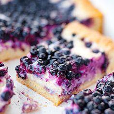 Ciasto z jagodami. Pyszne ciasto kruche z kremową masą serową i jagodami.