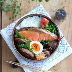 2017.2.22 ・ 今日の#息子弁当 ・ 和風ハンバーグ(もみじおろしソース添え) 紅鮭 味玉 切り干し大根煮 ほうれん草海苔和え 三角こんにゃく煮 明太子&紫蘇の実のせご飯 ・ ・  今日は鮭をどーんと乗せて。 同じ鮭弁でもお弁当箱や鮭の形によっていろいろな詰め方を考えるのが楽しい #オベンターの密かな楽しみ ・ ・ ・ お弁当箱と箸置き☞ 楽天roomへ  #料理写真#locari_kitchen#ランチ#丸弁#和弁#デリスタグラマー#igersjp#delimia#instafood#delistagrammer#macaroni#kuromamebiyori