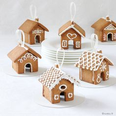 Mini maisons en pain d'épices – Sue Su Gingerbread House Parties, Gingerbread Village, Christmas Gingerbread House, Gingerbread Cookies, Christmas Desserts, Christmas Baking, Christmas Time, Christmas Decorations, Holiday