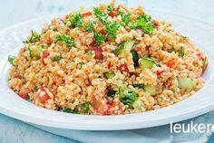 Kısır is een erg populaire Turkse bulgursalade. Het is heerlijk fris, vegetarisch en nog eens lekker gezond door de groente en de vele goede eigenschappen van bulgur. Bulgur -gestoomde gemalen tarwe- bevat erg veel vezels en is wat dat betreft te vergelijken met zilvervliesrijst. Dit is typisch een gerecht wat lekkerder wordt als de smaken een paar uur intrekken. Deze salade is dus goed van tevoren te maken. Kısır is een heerlijk vullende salade die je met veel gerechten kunt serveren, maar…