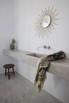 In the vacation house Maison Kamari in Paros, designed by React Architects. Photographed by Damien De Medeiros. Basin Design, Turbulence Deco, Decor Scandinavian, Bathroom Design Luxury, Minimalist Architecture, Villa Design, Design Hotel, Concrete Countertops, Concrete Sink