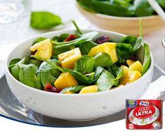 Mañana es el Día Internacional del Vegetarianismo. Para celebrarlo, os recomendamos una sencilla ensalada a base de mango, piña, espinacas y arándanos. ¡Para chuparse los dedos!