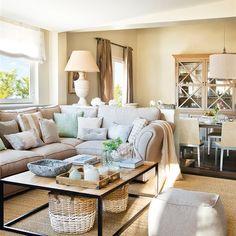 Salón comedor con sofá en L y cestos bajo mesa auxiliar