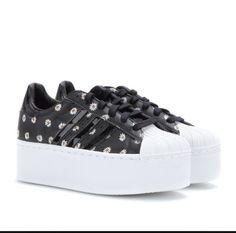 Actually loving these daisy Adidas platforms. They're cute aaaaand I'll be taller! Black Leather Sneakers, Black Shoes, Wedged Trainers, Superstars Shoes, Only Shoes, Platform Sneakers, Adidas Superstar, Adidas Sneakers, Shoes Sneakers