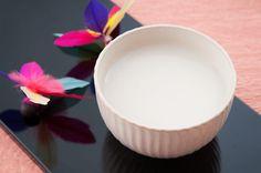 甘酒は日本の伝統的な甘味飲料で、別名甘粥とも言われています。お正月に飲むものとして知られますが、江戸時代には夏の栄養ドリンクとしても親しまれました。今回は発酵食品として健康効果を持ち、「飲む点滴」とも称される甘酒のパワーをご紹介します!
