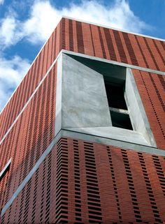Die in Sichtbetonoptik ausgeführte Öffnung gewährt einen Blick in das Innere des Neubaus.</br>Foto © Martin Claßen, Köln