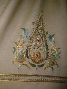 This Pin was discovered by EMI Jacobean Embroidery, Border Embroidery, Gold Embroidery, Hand Embroidery Designs, Embroidery Stitches, Embroidery Patterns, Machine Embroidery, Graphic Design Portfolio Examples, Brazilian Embroidery
